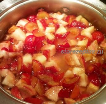 Варим персики и сливу с сахаром