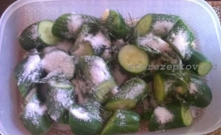Огурцы солим и добавляем сахар