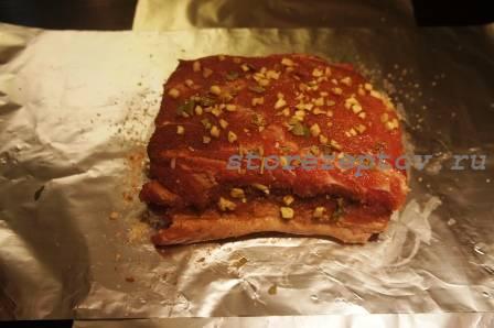 Обмазанный смесью перцев и соли кусок свинины