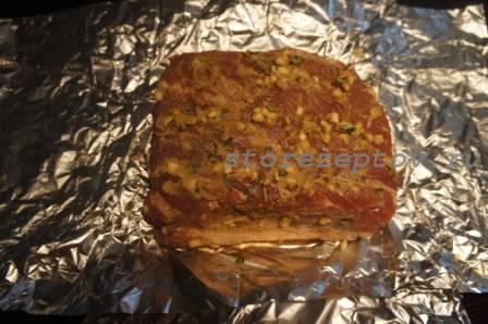 Смазанное горчицей мясо