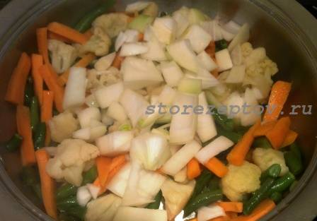 Репчатый лук добавляется к овощам