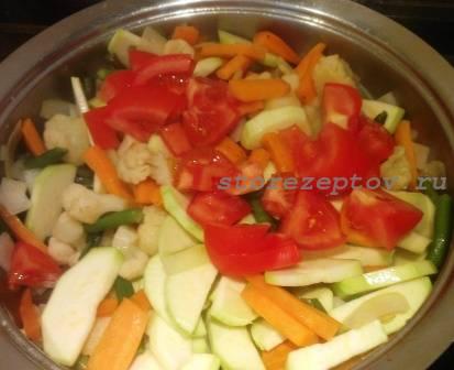 К рагу добавляется нарезанный помидор