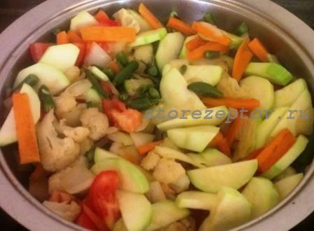 Овощное рагу тушится на сковороде
