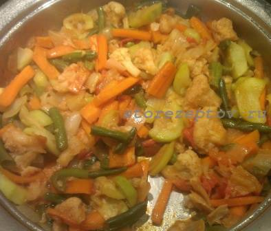 Готовое рагу из овощей на сковороде