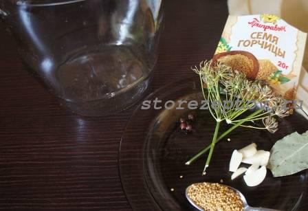 Ингредиенты для маринования огурцов с горчицей