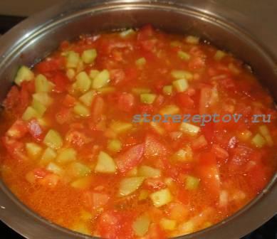 К кабачкам добавляем нарезанные помидоры