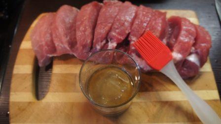 Натираем свинину маринадом