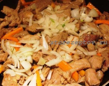 Мясо тушим с морковкой и луком