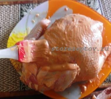 Намазываем курицу маринадом