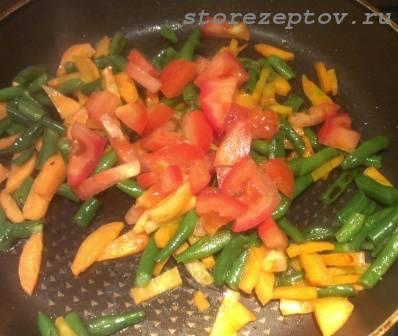 К моркови и фасоли добавляем помидоры