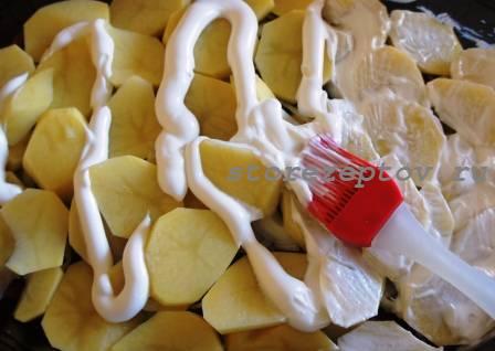 Картошку кисточкой смазываем майонезом