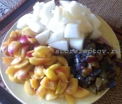 Кусочки дыни, слив и нектарина для варенья