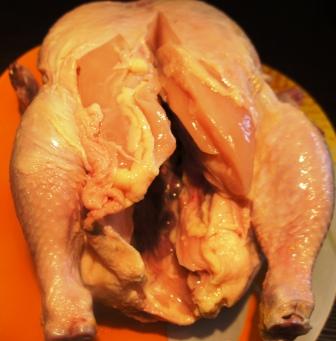 Надрезанная посередине тушка курицы