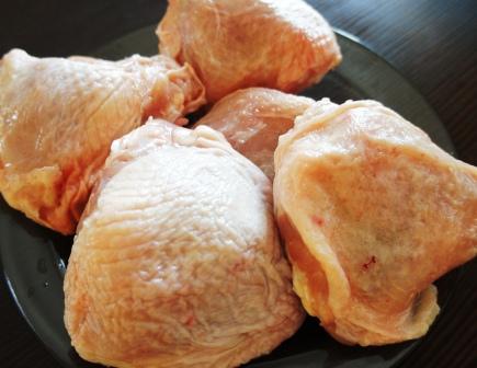 На фото куриные бедрышки