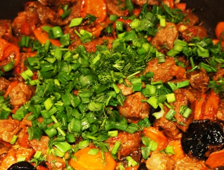 Посыпанная зеленью говядина