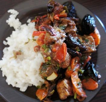 Тушенная говядина с гарниром из риса