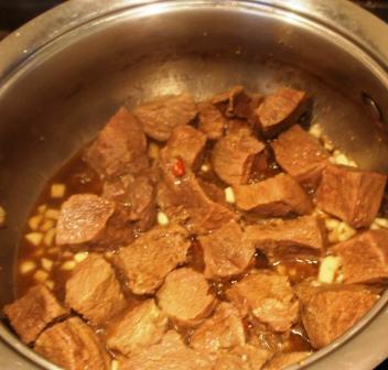 К мясу добавляем чеснок и перчик