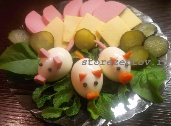 Нарезка, украшенная Поросятами из яиц