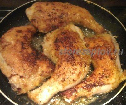 Окорочка в панировке жарятся на сковороде