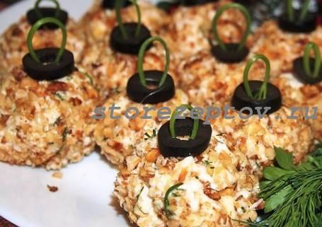 Елочные шары из салата, обваленные в грецких орехах