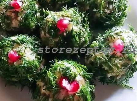 Новогодние шары из салата, украшенные укропом и гранатом