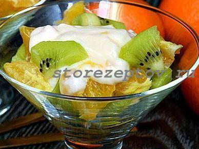 Простой фруктовый салат с йогуртом