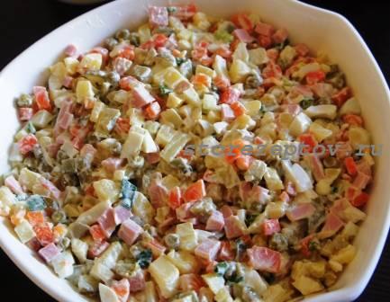 Простой рецепт зимнего салата Оливье с колбасой с пошаговым фото