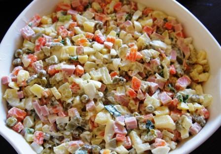 Готовый салат Оливье в салатнице