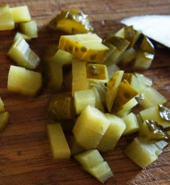 Нарезанные для салата Оливье огурцы