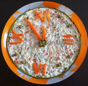 Украшенный часами салат на Новый год