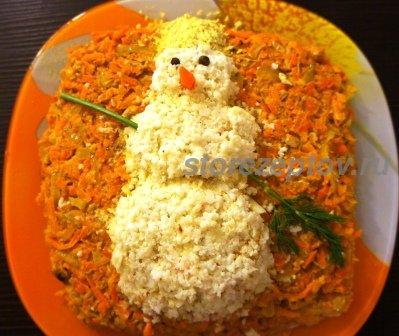 Украшенный Снеговиком салат на Новый год