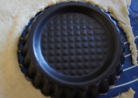 Кружочки для тарталеток нарезаем формочкой