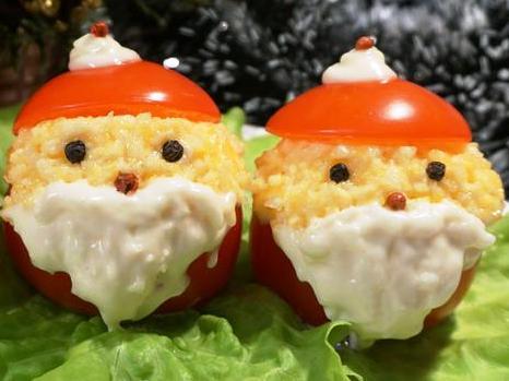 Закуска: помидоры, фаршированные сыром с чесноком в виде Деда Мороза