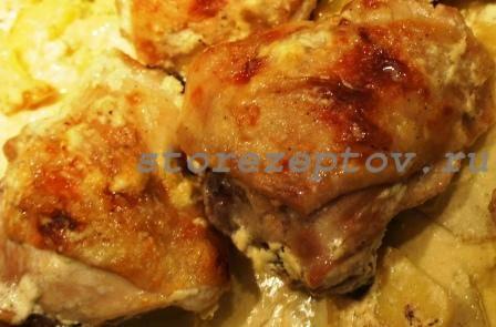 Куриные бедрышки в сметане в духовке с картошкой: рецепт пошаговый с фото