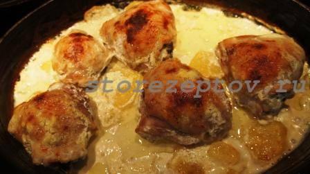 Готовые куриные бедрышки под сметанным соусом