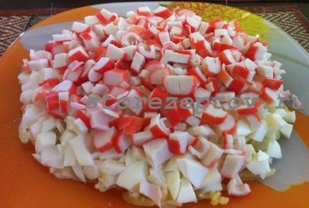 Слой из крабовых палочек в салате Мимоза
