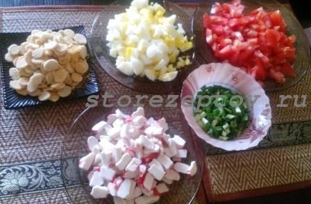 Нарезанные для салата с крабовыми палочками ингредиенты