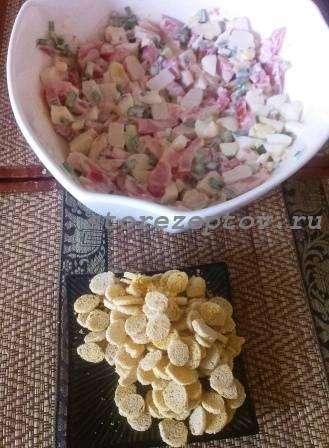Готовый салат с крабовыми палочками и сухариками