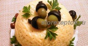 """Украшенный """"желудями"""" из оливок салат"""