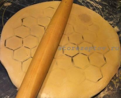 Процесс лепки пельменней с помощью пельменницы - лентяйки