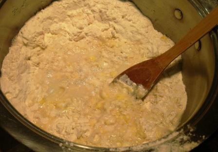 Добавление воды в пельменное тесто