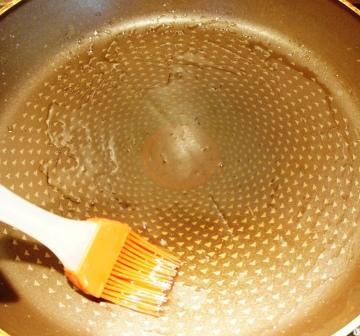 Сковорода для блинов смазывается маслом