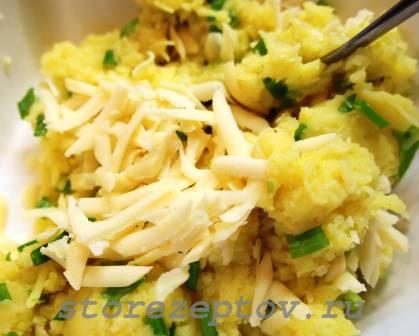 Замешивание теста для картофельных оладьев