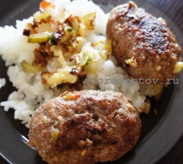 Котлеты или зразы мясные с начинкой из сыра, соленых огурцов и зелени: рецепт с фото