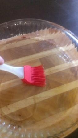 Смазывание блюда для запекания растительным маслом
