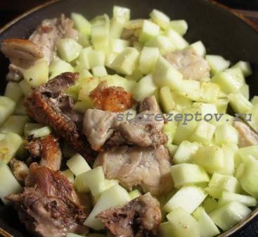Курица и кабачки на сковороде