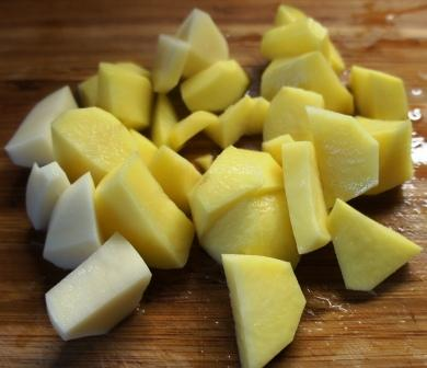Нарезанный для овощного рагу картофель