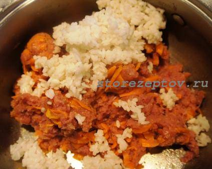Добавление в фарш риса и моркови