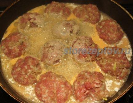 Залитые соусом тефтели на сковороде