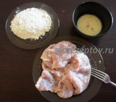 Яйца, мукаа и мясо для жарки отбивных